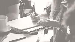 menschen sitzen bei beratung zusammen und schreiben