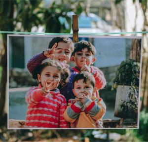 Foto von 4 Kindern auf Wäscheleine