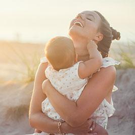 titelbild elterngeld-news, Frau mit Kind im Arm