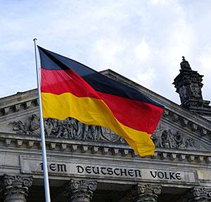 Deutschlandfahne vor dem Reichstag