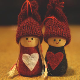 cover picture elterngeld-news, wooden figures in christmas clothes