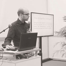 Felix Böhme erklärt Elterngeld vor Präsentation
