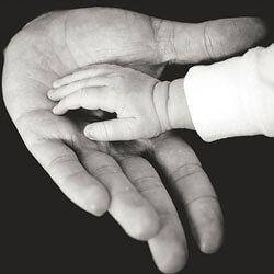 titelbild elterngeld-news 02, eine kleine babyhand liegt in einer großen hand